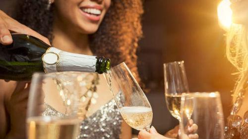 разливать шампанское в бокалы